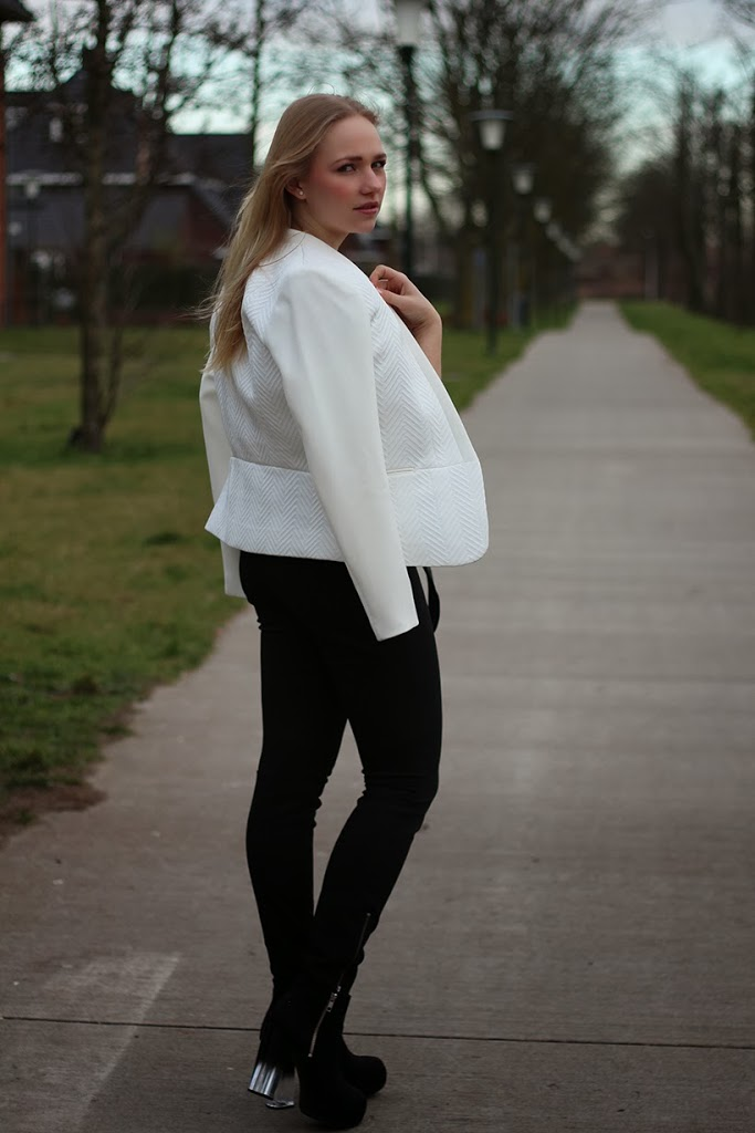 sarandipity outfit ootd preview white blazer black pants fashionista saranda walgaard fashion blogger