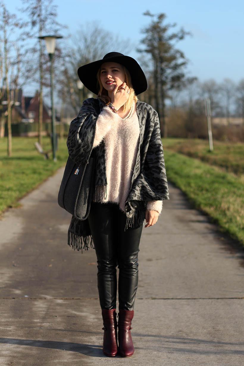 fashion blogger outfit ootd zorros cape ecco hm shoeby sarandaadriana4