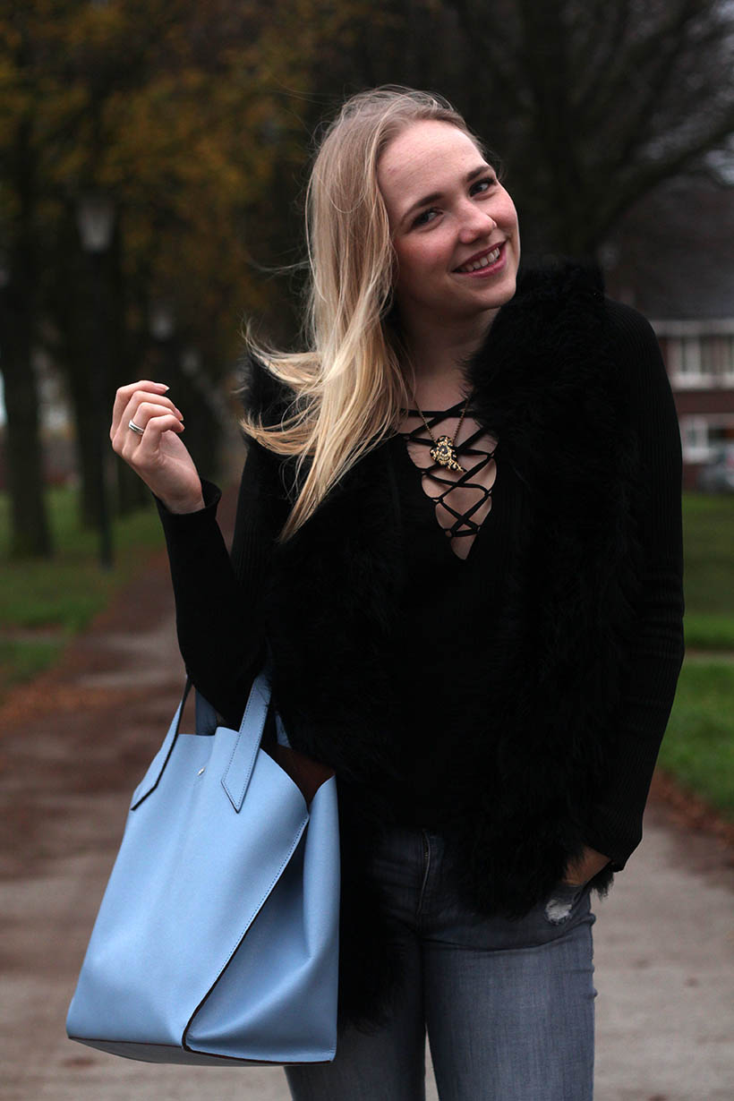 it's so fluffy outfit ootd dutch fashion blogger sarandaadriana feathers gilet isabelli omoda shoes tosca blu4
